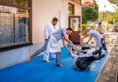 Cafépersonal får judoinspirerad fallträning