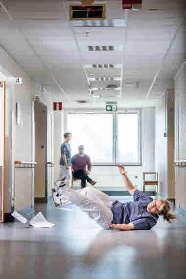 Sjuksköterska faller i korridoren.