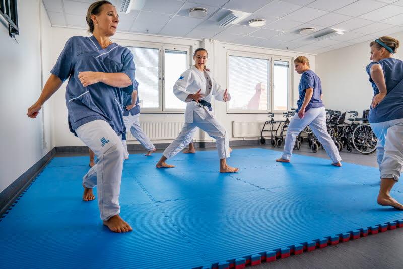 Vårdpersonal får judoinspirerad fallträning